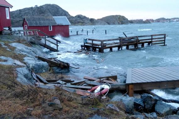 Hård storm och högt vatten hot mot bryggorna!